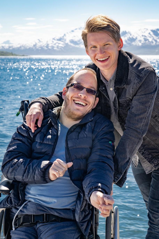 BPA-assistent viser omsorg for ung bruker i rullestol